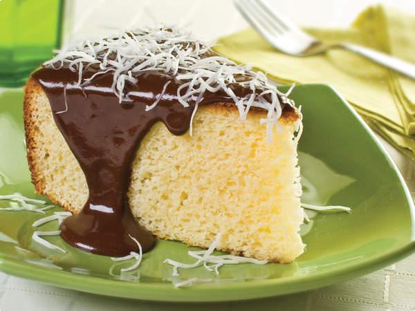 Bolo de coco com cobertura de chocolate | Lassarot Cookies